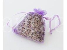 Levandų žiedai violetiniame organza maišelyje